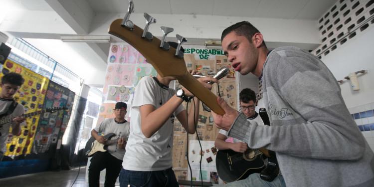 Alunos da EE Brasilia Castanho de Oliveira, criadores da banda Fritz criaram e executam uma musica sobre o Saresp como projeto da escola onde se apresentaram no pateo para os demais alunos 11.11.2013 Guarulhos/SP Foto JOSÉ LUIS DA CONCEIÇÃO/A2FOTOGRAFIA
