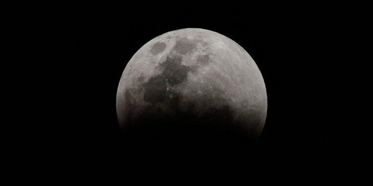 Brasília - O Clube de Astronomia promove um encontro de telescópios na Praça dos Três Poderes, para observar a Superlua e eclipse total lunar. Foto: Marcello Casal Jr/Agência Brasil