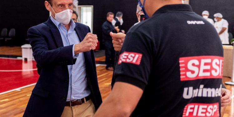 Paulo Skaff, presidente da Fiesp, e o técnico do Sesi Franca Basquete, Helinho. Foto: Marcos Limonti/Sesi Franca Basquete
