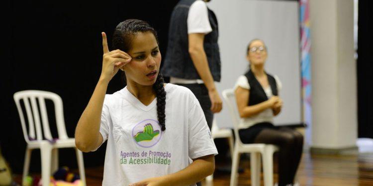 Tradução em Libras de encenação com temática inclusiva no lançamento de mais uma turma do projeto Agentes de Promoção da Acessibilidade, da ONG Escola de Gente, na Biblioteca Parque da Rocinha, Foto: Fernando Frazão/Agência Brasil