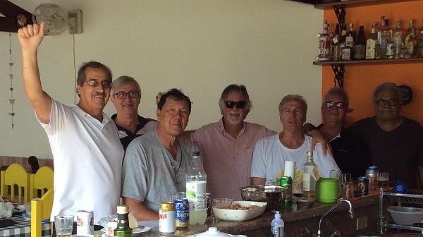 Robertão, de camiseta cinza, sentado, em reunião com ex-jogadores de basquete. Foto: Reprodução